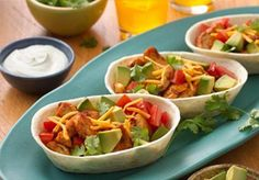 Chicken and Avocado Ten Minute Taco Boats for an easy weeknight dinner! Mexican Dishes, Mexican Food Recipes, Dinner Recipes, Ethnic Recipes, Drink Recipes, Mini Tacos, Carne Asada, Quesadillas, Churros