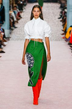 Carolina Herrera Spring 2019 Ready-to-Wear Fashion Show Collection: See the complete Carolina Herrera Spring 2019 Ready-to-Wear collection. Look 6 Love Fashion, Runway Fashion, High Fashion, Fashion Outfits, Womens Fashion, Fashion Design, Fashion Trends, Carolina Herrera, Style Haute Couture