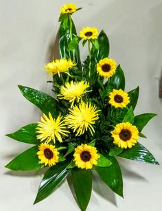 Centro de flores amarillas Altar Flowers, Church Flowers, Funeral Flowers, Silk Flowers, Paper Flowers, Deco Floral, Arte Floral, Floral Design Classes, Large Flower Arrangements