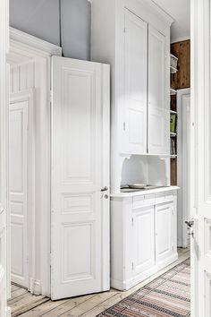 Kitchen Dinning Room, Old Kitchen, Kitchen Interior, Kitchen Design, Closet Nook, Swedish Kitchen, Build A Closet, Built In Furniture, Scandinavian Home