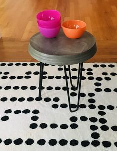 cute little side table with bowls easy to make, you need hairpin legs,  concrete and a bowl. Easy DIY in an afternoon.
