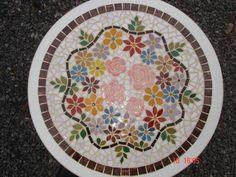Tampo de mesa feito em mosaico de pastilhas de vidro, motivo floral. R$ 648,00                                                                                                                                                                                 Mais