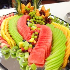 Fruit platter with sliced rather than chunk fruits. Very nice! Party Platters, Party Trays, Food Platters, Party Buffet, Party Fruit Platter, Healthy Halloween Snacks, Healthy Lunches, Healthy Fruits, Best Fruits For Diabetics