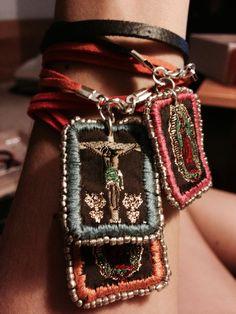 Escapularios bordados Jewelry Crafts, Jewelry Art, Beaded Jewelry, Jewelry Necklaces, Handmade Jewelry, Bracelets, Catholic Crafts, Catholic Jewelry, Textile Jewelry