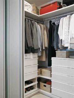 Gaveteiros de várias alturas, posicionados em pontos diferentes, permitem que sobretudos e vestidos fiquem pendurados sem amarrotar.