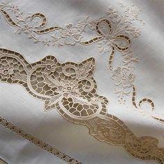 Coppia Asciugamani Burano | Ricami e Pizzi Cutwork Embroidery, White Embroidery, Embroidery Files, Embroidery Stitches, Embroidery Patterns, Machine Embroidery, Fabric Art, Lace Fabric, Fabric Crafts