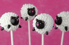 Cake pops Pâques en forme de moutons : Mini perles en sucre Silikomart et pâte à sucre noire pour le visage et les pattes www.patissea.com
