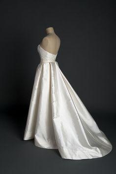 Robe de mariée style 50, en mikado de soie et dentelle de Calais, signée par Edith Bréhat.