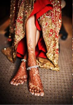 Ideal mehendi for feet. Notice how the large spaces give it a neat look.