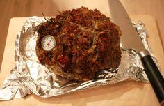 Ingrediënten voor 6-8 personen 1 hele lamsbout van 1,5 á 2 kg 1 bol knoflook 1/2 bosje verse bladpeterselie 1/2 bosje verse rozemarijn, naaldjes geplukt, paar takjes heel laten 4 ansjovisfilets uit...