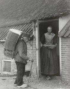 kiepkerl 1899. Een marskramer 'kremer' komt op de boerderij. D. Mulder ruilt eieren en kippen tegen koffie, rijst, cichorei etc. Onderin de ben zitten de kippen. Den Ham #Overijssel #Salland #Saksen