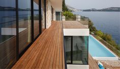 Huset med malerisk pool og terrasser i flere niveauer