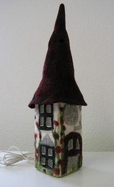 Tischlampen - Filzlampe, Hauslampe, gefilzt - ein Designerstück von feltbee bei DaWanda