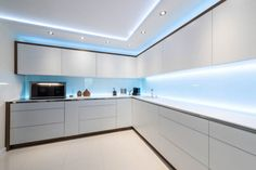 Since kitchens aren't limited to cooking only in we figured that you need 5 best kitchen lighting ideas to perfect your kitchen lighting layout. Kitchen Lighting Layout, Kitchen Ceiling Design, Best Kitchen Lighting, House Ceiling Design, Ceiling Design Living Room, Luxury Kitchen Design, Kitchen Room Design, Kitchen Cabinet Design, Interior Design Kitchen
