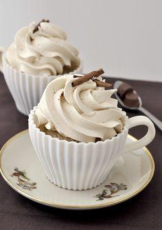 CUPCAKES DE CAFÉ COM LEITE: Rende: 10 cupcakes 6 colheres de sopa (85g) de manteiga sem sal 3/4 de xícara de açúcar 1 ovo + 1 gema 1/2 xícara de farinha 1/2 colher de chá de fermento pitada de sal 1/2 colher de chá de café em pó 1/4 xícara de café líquido, bem forte 2 colheres de sopa de buttermilk 1 colher de sopa de licor de café (ou mais buttermilk)