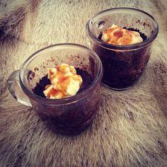 Mug cake... Schokoladenkuchen mit Frischkaese Erdnussbutter Topping und Karamellsosse