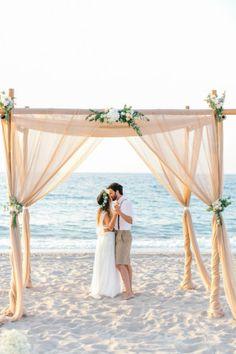 Bezaubernder Boho Ceremony Backdrop   www.hochzeitsplaza.de/real-weddings   Foto von HannaMonika Wedding Photography   #beachwedding #hochzeit #braut2017 #strandhochzeit #weddinginspo #hochzeit2017 #bohobride #ceremonybackdrop