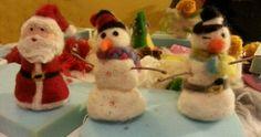 Los peques se divierten afieltrando en Navidad.