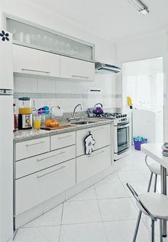 Já pensou em renovar sua cozinha usando os móveis modulados? Repare nos benefícios.  1) Você pode trabalhar com o espaço disponível, aproveitando todos os cantos.  2) Todas as suas louças, eletrodomésticos e eletroportáteis podem ser integrados facilmente.  3) A instalação é facilitada, já que eles geralmente são planejados para ficarem fixos na parede.   4) Geralmente custam menos do que as planejadas.