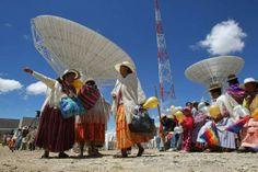 """Un grupo de mujeres aimaras camina por la Estación Terrestre de Amachuma, desde donde se operará el satélite Túpac Katari, en El Alto (Bolivia). El presidente  Morales mostró su satisfacción por el lanzamiento el próximo 20 de diciembre, desde China, del primer satélite de comunicaciones boliviano. Morales, quien presidió una ofrenda tradicional indígena (challa) para bendecir la estación, afirmó en su discurso que el de este lunes fue """"un acto histórico para todo el pueblo boliviano""""."""