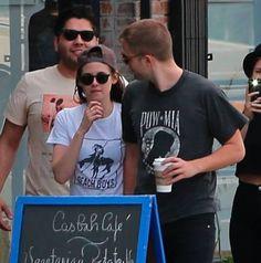 Robert Pattinson e Kristen Stewart foram fotografados circulando com um grupo de amigos ontem em Los Angeles, de mãos dadas! Eles se mantiveram discretos sob óculos escuros pela vizinhança de Los Feliz.