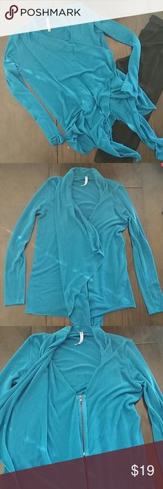 💥FABLETICS WORKOUT SWEATER💥 🌸Perfect for after a workout 🌸Teal with long sleeves 🌸Small hidden zipper 🌸Can be tied at front 🌸Slight pilling in sleeves, priced accordingly 🌸Smoke free home Fabletics Sweaters