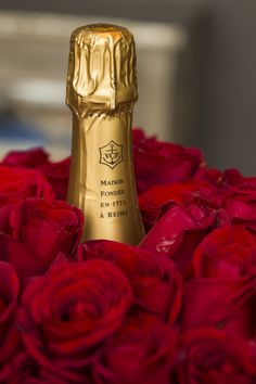 How romantic! Red roses & champagne!! #redroses #valentinesgifts