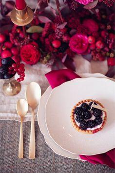 Rich Samba Red And Vivacious Berry Wedding Tablescape Inspiration - Weddingomania Berry Wedding, Autumn Wedding, Red Wedding, Wedding Table, Wedding Summer, Marsala, Wedding Themes, Wedding Decorations, Wedding Ideas
