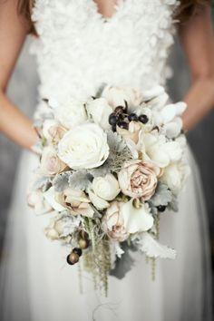 Herrliche Brautsträuße mit weißen Rosen, Moos und Winterfrüchten
