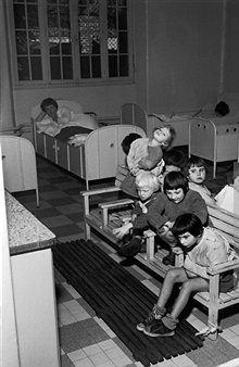 Kind in einer Zwangsjacke in der DDR Psychiatrie,GdR Psychiatry,Straitjacket