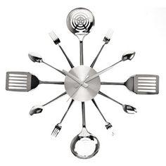 Con utensilios de cocina.