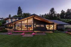 Mid-Century Home by Giulietti Schouten Architects: Love the lines of this home!
