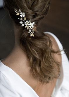 Wedding hairstyles and hair. Floral Wedding Hair, Wedding Hair Flowers, Hair Comb Wedding, Wedding Hair Pieces, Flowers In Hair, Trendy Wedding, Gold Headpiece, Floral Headpiece, Casco Floral