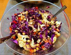 בפעם הבאה שבא לכם לנשנש משהו בריא ומפוצץ בטעמים, תכינו סלט צבעוני וקל להכנה שמשלב ירקות טריים עם ירקות צלויים. רק לקצוץ ולערבב