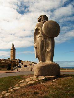 Estatua de Breogán, junto a la Torre de Hércules en La Coruña. Breogán: nombre de un rey celta en el territorio de la actual Galicia. El rey Breogán construyó en la ciudad de Brigantia, (al noroeste de la Península Ibérica), una torre tan alta que sus hijos, podían ver una distante orilla verde desde su cima. La visión, los llevó hacia el norte hasta Irlanda, donde Ith sería asesinado. En venganza, los hijos de Mil navegaron desde Brigantia a Irlanda y la conquistaron.