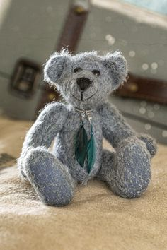 Hi all, I am Freddy, also a new bear in the 2020 summer collection of Muppie's Bears. I'm made of a beautiful short pile, original Schulte mohair of a soft blue grey color. The cute feather necklace is included. Height standing: 18 cm (7.1 inches) Height sitting: 12cm (4.7 inches) Blue Grey, Gray Color, Feather Necklaces, Little Gifts, Summer Collection, Bears, Teddy Bear, Cute, Handmade