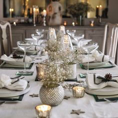 So why not to decorate it in a superbly amazing way. Checkout our latest collection of 24 Superb Christmas Dining Decor Ideas. Star Decorations, Christmas Table Decorations, Decoration Table, Holiday Decor, Christmas Dining Table, Christmas Table Settings, All Things Christmas, Christmas Home, Cottage Christmas