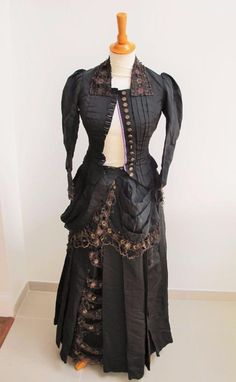 ANTIQUE VICTORIAN BLACK FABRIC & GOLD LACE BUSTLE MOURNING DRESS GOWN c1880
