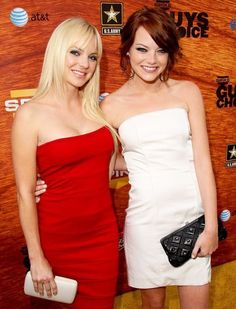 Anna Faris and Emma Stone Emma Stone Age, Emma Stone Blonde, Beautiful Celebrities, Beautiful Actresses, Very Beautiful Woman, Stunningly Beautiful, Beautiful Ladies, Beautiful Eyes, Actress Emma Stone