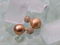 2in1-Ohrringe: einmal mit Steinchen und einmal in mattem Roségold #Damenmode #Accessoires #Ohrringe #Rosegold