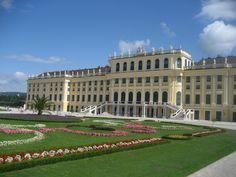 Schoenbrunn Palace    Schoenbrunn Palace: Obligatory shot. Schoenbrunn palace.