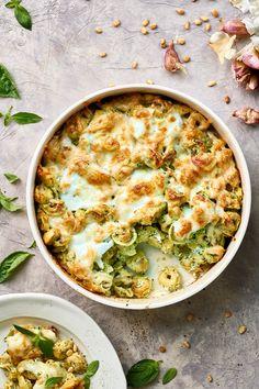 Pesto tortellini ovenschotel Veggie Recipes, Pasta Recipes, Great Recipes, Vegetarian Recipes, Cooking Recipes, Healthy Recipes, Favorite Recipes, Cooking Ideas, Pesto Tortellini