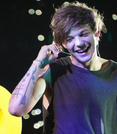 Louis Tomlinson cleaning out my ear don't mind me One Direction Louis, Members Of One Direction, Louis Tomlinson Tumblr, Troy Austin, Louis Tomilson, Louis And Harry, Louis Williams, Light Of My Life, 1d And 5sos