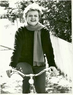 Jessica Fletcher (Angela Lansbury) rides a Bike _ va in Bici #Black #Bianco