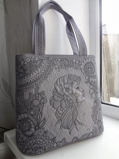 Love grey and it's a cool looking bag. Quilted Tote Bags, Quilted Handbags, Patchwork Bags, Purses And Handbags, Handmade Handbags, Handmade Bags, Whole Cloth Quilts, Embroidered Bag, Denim Bag
