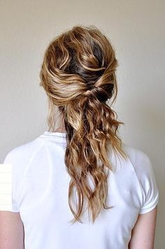 The messy texture and loose twists make this hairstyle perfect for your everyday look. #halfup #hairstyles