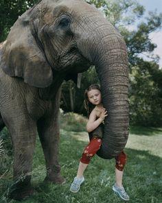 Robin Schwartz fotografía a su hija Amalia en la trompa de un elefante