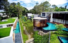 K2LD Architects have designed the Screen House in Singapore.