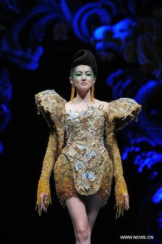 "A model presents a creation by Chinese designer Guo Pei during the Asian Couture Fashion Week at Singapore""s Marina Bay Sands, on Nov. 27, 2012. (Xinhua/Then Chih Wey)"