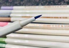 🖊 Metallic Glanz für jedermann. Bringe den einzigartigen Glanz in Dein Leben und verzaubere Deinen Alltag. Einzigartig elegant wie Du auch, passt es perfekt mit diesen Stiften Deine Schriftstücke oder Kunstwerke und Malereien zu verzieren, zu malen oder einfach zu dekorieren. Breche aus Deinem Gefängnis aus und lebe Dein Leben wie es Dir gefällt und wie Du die Welt zu einem besseren Ort machen kannst. Office Supplies, Elegant, Sparkle, Unique, Artworks, Decorating, Products, World, Classy